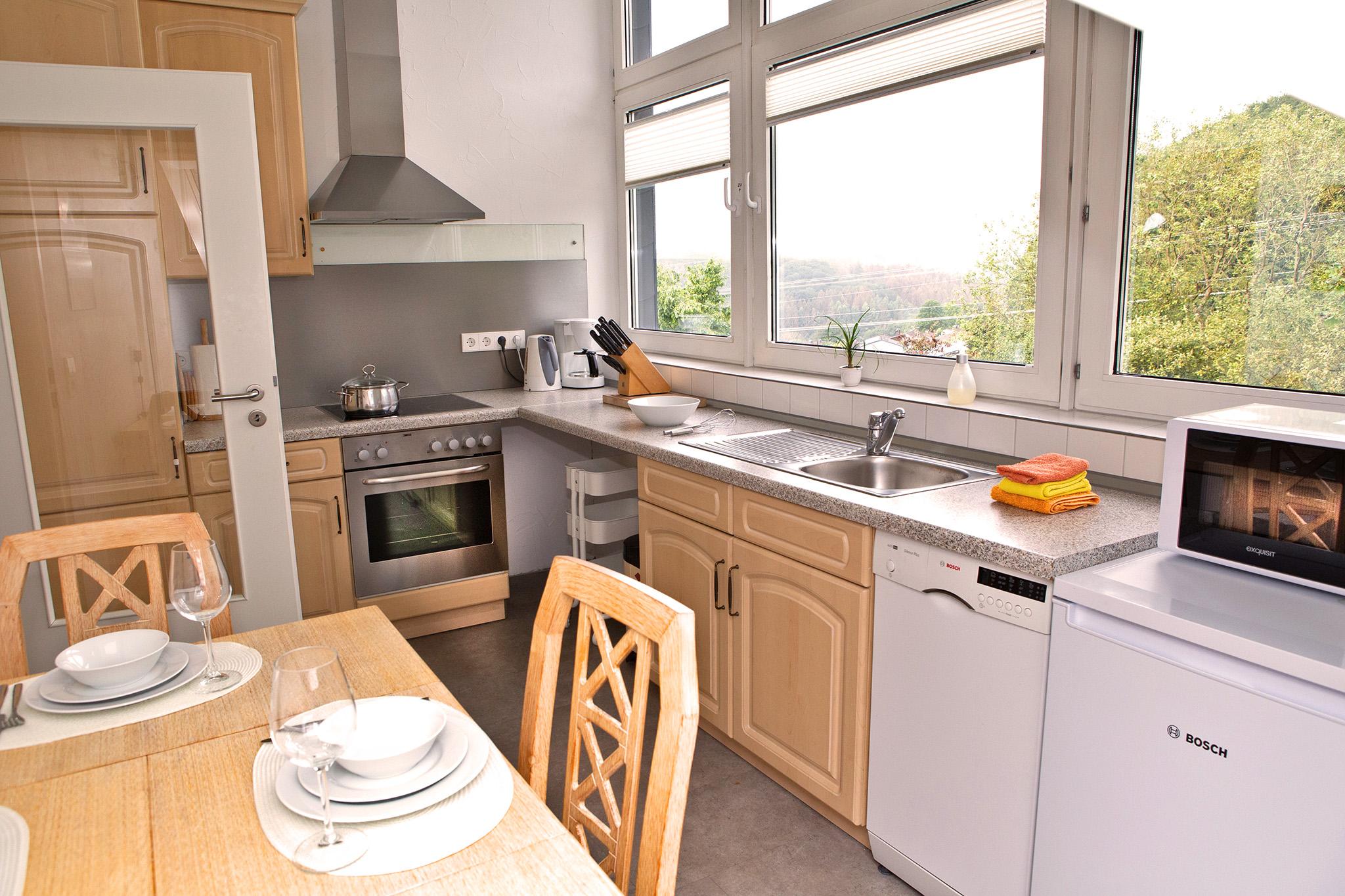 Die komplett ausgestattete Küche..